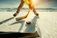 Στιγμή παιχνιδιών χόκεϋ πάγου στην παγωμένη λίμνη στοκ εικόνες