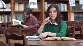 Στιγμή σκέψης στη βιβλιοθήκη φιλμ μικρού μήκους
