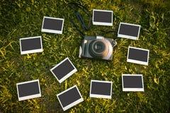Στιγμιαία κάμερα με 10 φωτογραφίες στη χλόη Στοκ φωτογραφία με δικαίωμα ελεύθερης χρήσης