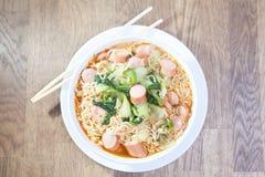 Στιγμιαία νουντλς με το λουκάνικο με Pak Choy ή το κινεζικό λάχανο μέσα Στοκ Εικόνα