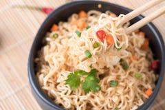 Στιγμιαία νουντλς με τα λαχανικά chopstick στοκ φωτογραφίες
