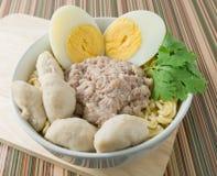 Στιγμιαία νουντλς με το χοιρινό κρέας και το βρασμένο αυγό στο κύπελλο Στοκ φωτογραφία με δικαίωμα ελεύθερης χρήσης