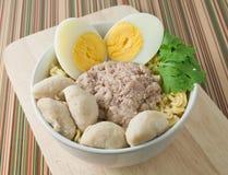 Στιγμιαία νουντλς με το χοιρινό κρέας, τις σφαίρες κρέατος και το βρασμένο αυγό Στοκ Εικόνες