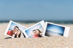 Στιγμιαία φωτογραφία του νέου ευτυχούς ζεύγους φίλων και φίλων Στοκ φωτογραφίες με δικαίωμα ελεύθερης χρήσης