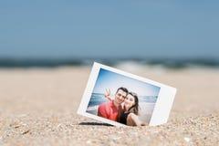 Στιγμιαία φωτογραφία του νέου ευτυχούς ζεύγους φίλων και φίλων Στοκ Εικόνες