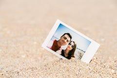 Στιγμιαία φωτογραφία Polaroid του νέου ζεύγους Στοκ φωτογραφία με δικαίωμα ελεύθερης χρήσης