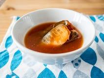 Στιγμιαία ψάρια σκουμπριών στη σούπα Στοκ φωτογραφία με δικαίωμα ελεύθερης χρήσης