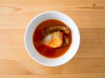 Στιγμιαία ψάρια σκουμπριών στη σούπα Στοκ Φωτογραφίες