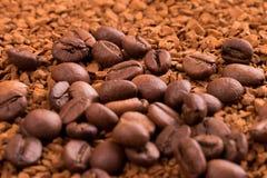 Στιγμιαίος καφές και ολόκληρα φασόλια καφέ στοκ φωτογραφία με δικαίωμα ελεύθερης χρήσης