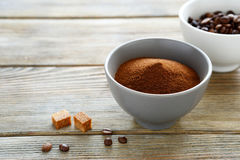 Στιγμιαίος καφές και φασόλια στοκ εικόνες