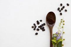 Στιγμιαίος καφές με πολτοποίηση στο ξύλινο κουτάλι στοκ φωτογραφία με δικαίωμα ελεύθερης χρήσης