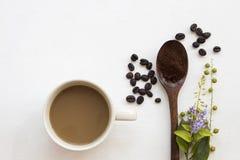 Στιγμιαίος καφές με πολτοποίηση στο ξύλινο κουτάλι στοκ εικόνες