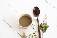 Στιγμιαίος καφές με πολτοποίηση στο ξύλινο κουτάλι στοκ φωτογραφία