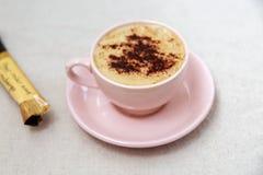 Στιγμιαίος καφές με το μικρό πακέτο στον πίνακα στοκ εικόνες