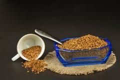 Στιγμιαίος καφές σε ένα πιάτο γυαλιού Προετοιμασία του διαλυτού καφέ Διακοσμήστε τον καφέ καταστημάτων στοκ εικόνες με δικαίωμα ελεύθερης χρήσης