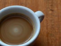 Στιγμιαίος καφές σε ένα φλυτζάνι Καφές αφρού στοκ φωτογραφία