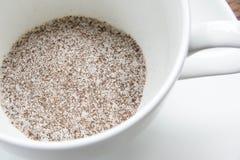 Στιγμιαίος καφές 3 σε 1, μίγμα καφέ στο άσπρο έτοιμο wite φλυτζανιών καυτό στοκ φωτογραφία