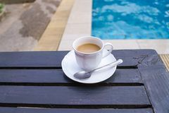 Στιγμιαίος καφές στην επιτραπέζια πλησίον πισίνα στοκ εικόνες