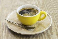 Στιγμιαίος καφές στην κίτρινη κούπα επάνω από το ξύλινο πιάτο στοκ φωτογραφία με δικαίωμα ελεύθερης χρήσης