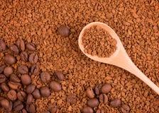 Στιγμιαίος καφές στους κόκκους και ολόκληρα τα φασόλια καφέ στοκ φωτογραφίες με δικαίωμα ελεύθερης χρήσης