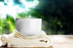 Στιγμιαίος καφές στο άσπρο φλυτζάνι στοκ εικόνες