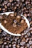 Στιγμιαίος καφές στο κουτάλι στα φασόλια καφέ στοκ φωτογραφίες με δικαίωμα ελεύθερης χρήσης