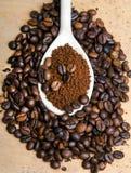 Στιγμιαίος καφές στο κουτάλι στα φασόλια καφέ στοκ εικόνες με δικαίωμα ελεύθερης χρήσης
