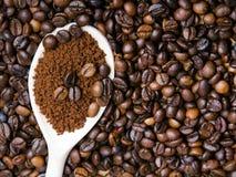 Στιγμιαίος καφές στο κουτάλι στα φασόλια καφέ στοκ εικόνα με δικαίωμα ελεύθερης χρήσης