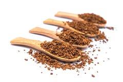 Στιγμιαίος καφές στο ξύλινο κουτάλι στο άσπρο υπόβαθρο στοκ φωτογραφία με δικαίωμα ελεύθερης χρήσης