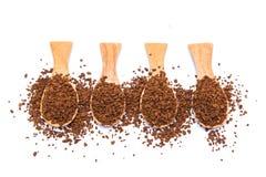 Στιγμιαίος καφές στο ξύλινο κουτάλι στο άσπρο υπόβαθρο στοκ εικόνες