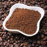 Στιγμιαίος καφές στο υπόβαθρο φασολιών καφέ στοκ φωτογραφίες με δικαίωμα ελεύθερης χρήσης