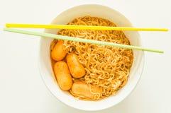 Στιγμιαίο νουντλς γεύσης του Tom yum goong με το λουκάνικο Στοκ φωτογραφία με δικαίωμα ελεύθερης χρήσης