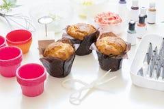 Στις άσπρες φόρμες κέικ υποβάθρου, spatula, corolla, κώνοι για το crea στοκ φωτογραφία