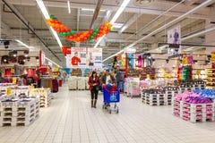Στις αγορές Στοκ Εικόνες