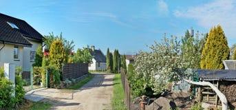 Στις αρχές ηλιακού πρωινού κήπων άνοιξη Στοκ Φωτογραφίες