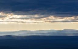 στις αρχές πρωινού τοπίων Άποψη σχετικά με τις σκιαγραφίες των βουνών Στοκ Φωτογραφία