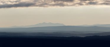 στις αρχές πρωινού τοπίων Άποψη σχετικά με τις σκιαγραφίες των βουνών Στοκ Εικόνα