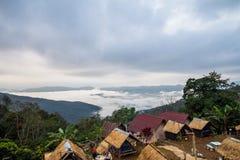 Στις διακοπές campground και δείτε τις ζαλίζοντας απόψεις των βουνών και της όμορφης ομίχλης στοκ εικόνες με δικαίωμα ελεύθερης χρήσης