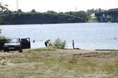 Στις 18 Ιουλίου της Ρωσίας - Berezniki: οι νέοι πηδούν στον ποταμό στο ηλιοβασίλεμα Στοκ φωτογραφίες με δικαίωμα ελεύθερης χρήσης