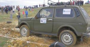 Στις 9 Ιουνίου της Μόσχας, Ρωσία: Φυλή SUVs στο ρύπο Οδηγός που ανταγωνίζεται σε έναν πλαϊνό 4x4 ανταγωνισμό Μια οδήγηση SUV μέσω απόθεμα βίντεο