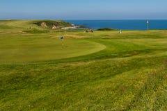 «στις 3 Ιουνίου NEFYN MORFA â€: Τοποθέτηση γηπέδων του γκολφ πράσινη με τους παίκτες γκολφ, Στοκ Φωτογραφία