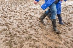 Στις λαστιχένιες μπότες στο ρύπο, στο φεστιβάλ στοκ φωτογραφία με δικαίωμα ελεύθερης χρήσης