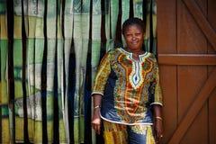 στις 18 Μαρτίου ¿ ½ της ΑΚΡΑ, ΓΚΑΝΑ ï: Η μη αναγνωρισμένη αφρικανική γυναίκα θέτει και τουαλέτα Στοκ Εικόνες