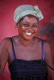 στις 18 Μαρτίου ¿ ½ της ΑΚΡΑ, ΓΚΑΝΑ ï: Η μη αναγνωρισμένη αφρικανική γυναίκα θέτει με το s Στοκ Φωτογραφία