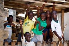 στις 18 Μαρτίου ¿ ½ της ΑΚΡΑ, ΓΚΑΝΑ ï: Μη αναγνωρισμένα αφρικανικά αγόρια που χαιρετούν στο τ Στοκ Εικόνες