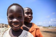 στις 18 Μαρτίου ¿ ½ της ΑΚΡΑ, ΓΚΑΝΑ ï: Μη αναγνωρισμένα αφρικανικά αγόρια που χαιρετούν στο τ Στοκ Εικόνα