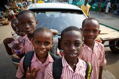 στις 18 Μαρτίου ¿ ½ της ΑΚΡΑ, ΓΚΑΝΑ ï: Τα μη αναγνωρισμένα αφρικανικά αγόρια σπουδαστών χαιρετούν Στοκ Φωτογραφίες
