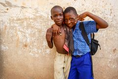 στις 18 Μαρτίου ¿ ½ της ΑΚΡΑ, ΓΚΑΝΑ ï: Τα μη αναγνωρισμένα νέα αφρικανικά αγόρια θέτουν το W Στοκ φωτογραφία με δικαίωμα ελεύθερης χρήσης