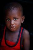 στις 18 Μαρτίου ¿ ½ της ΑΚΡΑ, ΓΚΑΝΑ ï: Το μη αναγνωρισμένο αφρικανικό αγόρι θέτει και κοιτάζει Στοκ Φωτογραφία