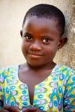 στις 18 Μαρτίου ¿ ½ της ΑΚΡΑ, ΓΚΑΝΑ ï: Το μη αναγνωρισμένο αφρικανικό κορίτσι θέτει με το sm Στοκ εικόνα με δικαίωμα ελεύθερης χρήσης